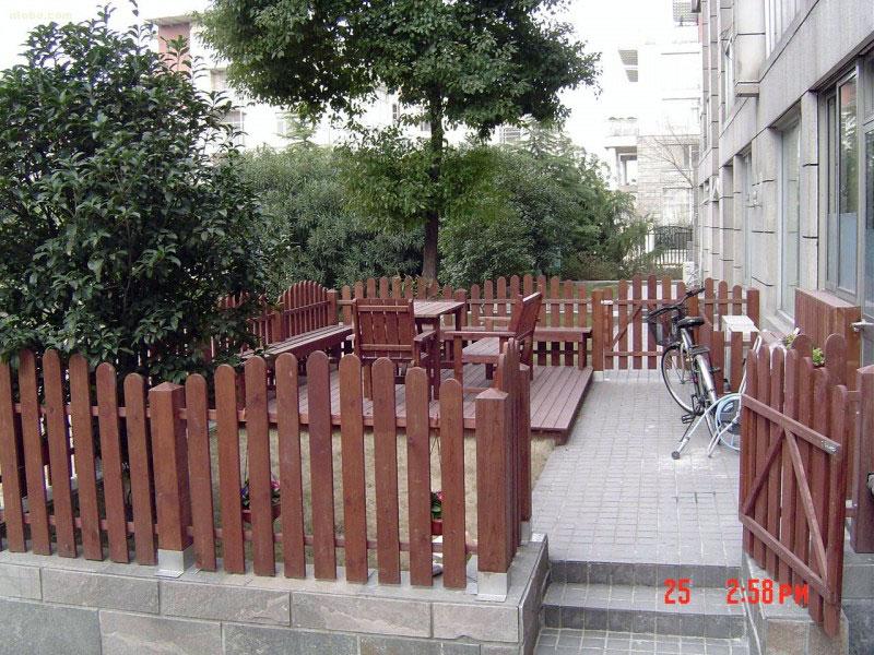 塑木(木塑)材料在别墅庭院景...
