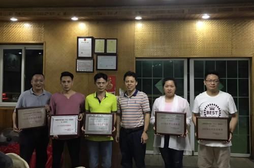 20180520中山联谊会副会长王越为优秀志愿者颁奖。